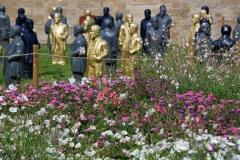 Blumen und Kunst: Gottlieb-Daimler-Figuren von Konzeptkünstler Ottmar Hörl