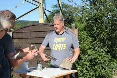 Jens Vollbehr zeigt Nisthilfen für Wildbienen